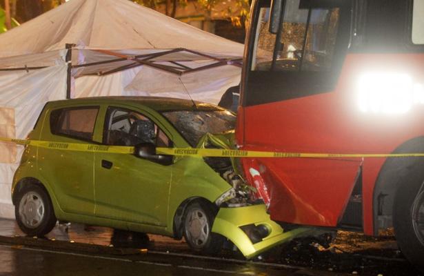 Pareja invade carril de Metrobús y encuentra un dolorosa muerte