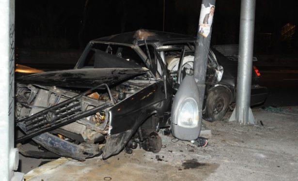 Casi muere entre los fierros de su carro en Insurgentes