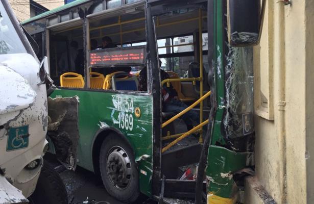 Fuerte choque entre dos transportes públicos deja 37 heridos, en Jalisco