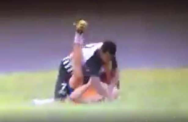 Futbolista golpea a recoge balones