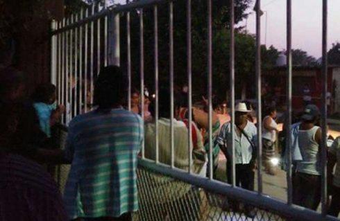 Padres de familia corren a pedradas a maestros de la 22 en Tuxtepec