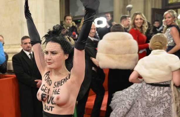 Griffith y una feminista semidesnuda brillan en el Baile de la Ópera de Viena