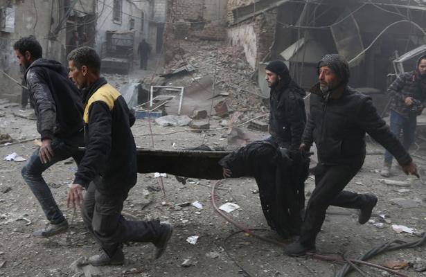 Muerte y devastación tras bombardeos sirios contra bastión rebelde