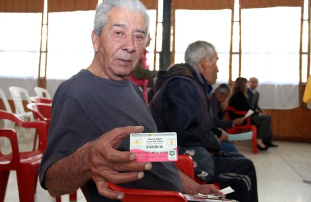 Reciben tarjeta de pensión alimenticia de la CDMX adultos mayores en la Penitenciaría