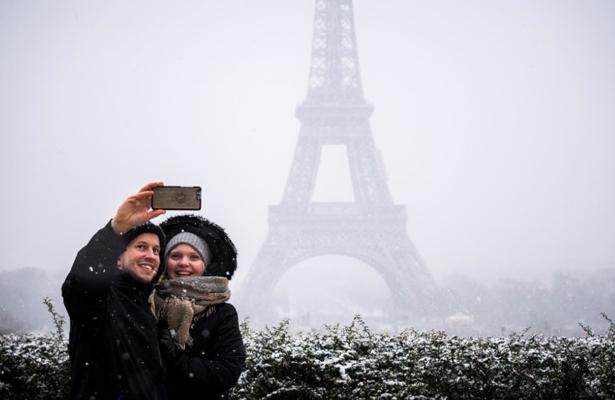 Cierran la Torre Eiffel por caída de nieve