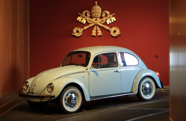 """Último """"vocho"""" fabricado en México fascina a curiosos en el Vaticano"""