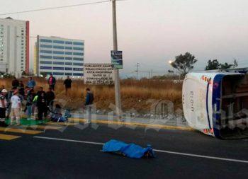 Se le atravesó al camión y terminó muerto, en Puebla