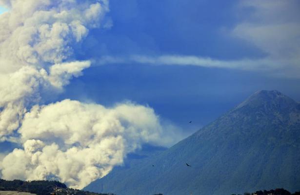 Alerta naranja por erupciones del Volcán de Fuego en Guatemala