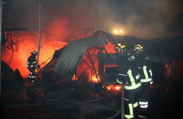 Mercado en Tacuba sufre incendio durante la madrugada