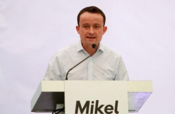 Mikel Arriola propone una consulta de temas polémicos