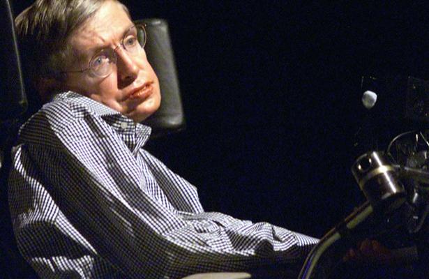 ¿Qué enfermedad condenó a Stephen Hawking a una silla de ruedas ?