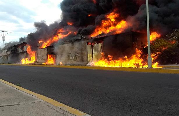 f712b4aea80 Incendio en fábrica de espuma  evacuan viviendas