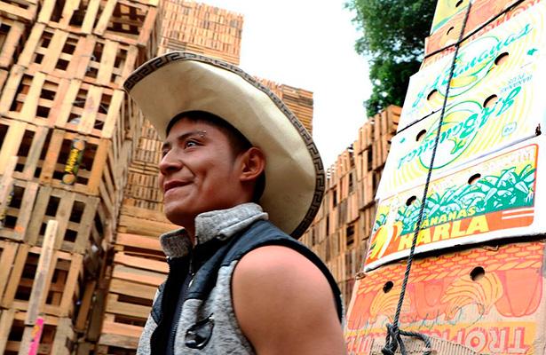 """De la siembra a reparar """"huacales"""" en la Central de Abasto"""