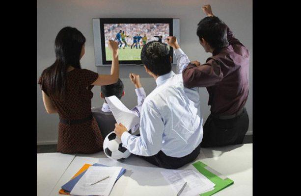 Darles oportunidad a empleados de ver el f tbol en la oficina for Ver videos porno en la oficina