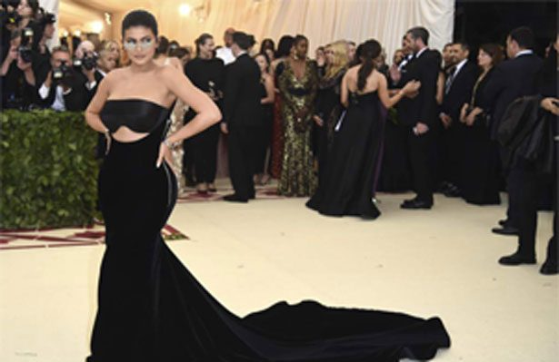 ¡Mira el entallado vestido que usó Kylie Jenner en el MetGala!