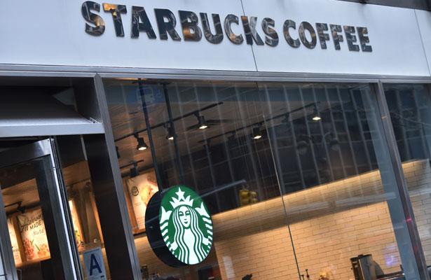 Compensan a hombres detenidos en Starbucks, recibirán un dolar cada uno