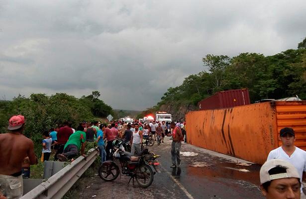 Tras volcadura, saquean despensas que eran llevadas a  Venezuela