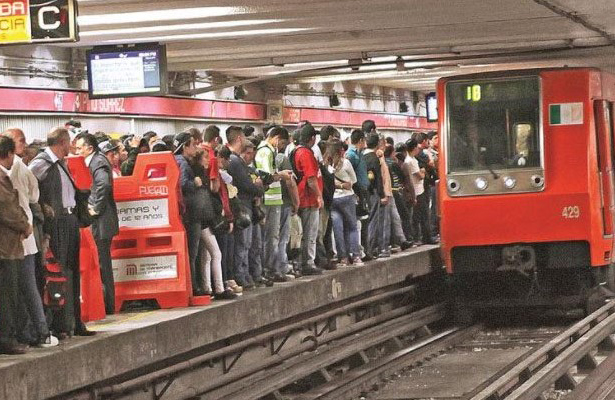 Capitalinos soportan estoicamente el calor en el Metro