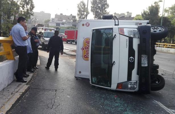 Volcadura de camioneta paraliza la glorieta de la Raza