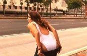 Andrea Escalona se quita la ropa en pleno Paseo de la Reforma