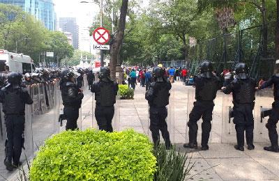 Se enfrentan maestros de la CNTE con granaderos en Paseo de la Reforma