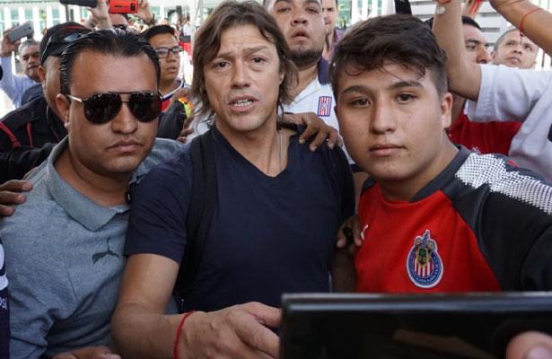 (Galería) Reciben a Matías Almeyda en aeropuerto de Guadalajara