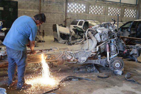 Destruyen vehículos blindados utilizados por el crimen organizado