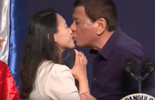 El beso del presidente de Filipinas desata polémica