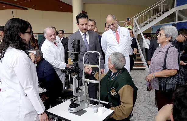 Médicos del IMSS operan en 4 días a más de 1,100 pacientes de cataratas y establecen récord