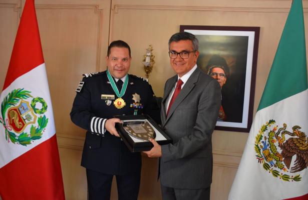 Recibe Castilla Craviotto alta condecoración