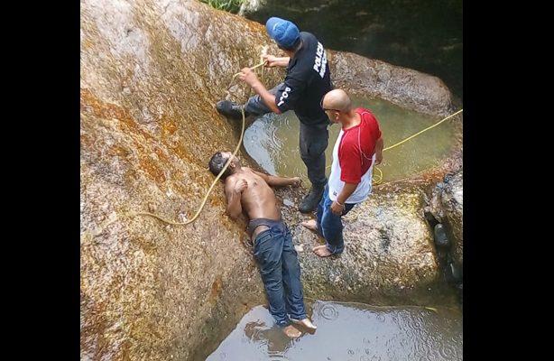 Hombre cae de una cascada y muere en Toluca