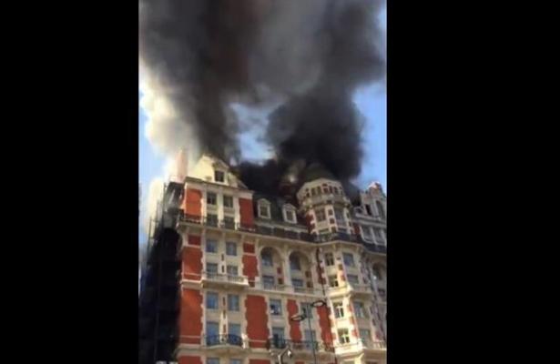 Bomberos luchan contra incendio en exclusivo hotel de Londres
