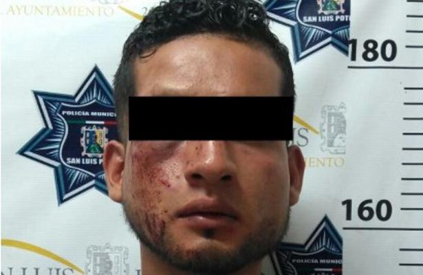 Le dan brutal golpiza a delincuente en SLP