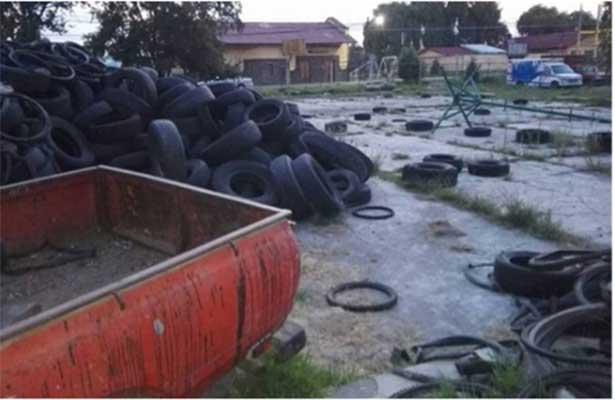 Abandonan llantas en parque en Mexicaltzingo