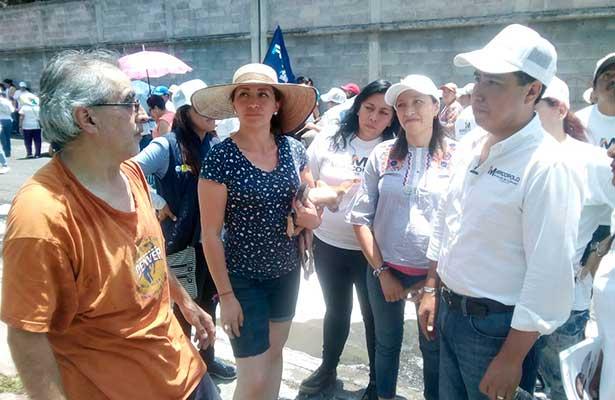 Vecinos indican a candidato Marco Polo Carballo el abandono que hay en Tláhuac