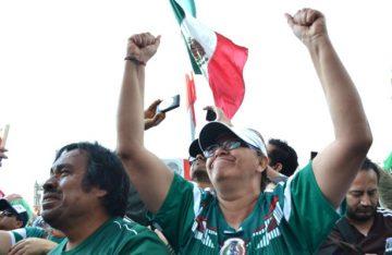 Celebra la afición el triunfo del Tri en el Ángel de la Independencia