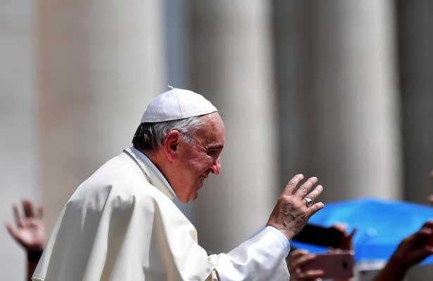 Manda el Papa a hombres de confianza a Chile