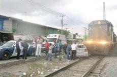 Casi provoca la muerte de su hijo al querer ganarle el paso al tren