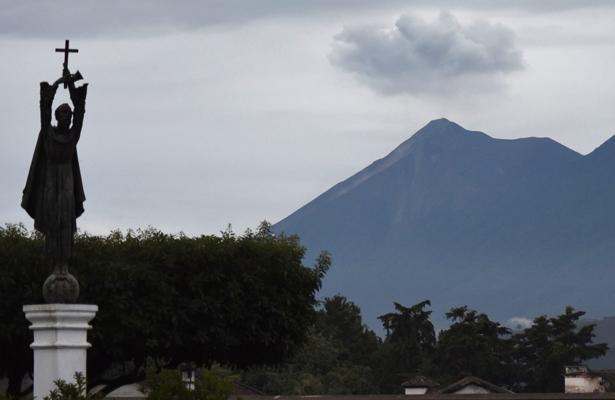 Ordenan evacuación por nueva actividad del volcán de Fuego