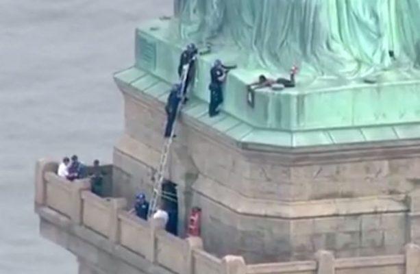 Mujer escala la Estatua de la Libertad en NY