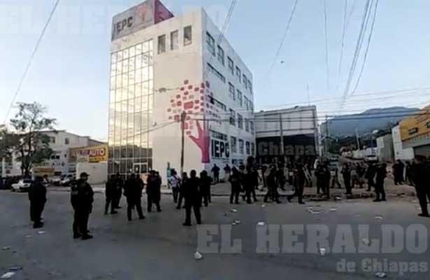 Enfrentamiento frente a las instalaciones del IEPC