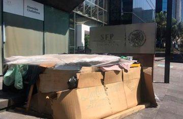 Hombre vive desde hace cuatro años frente a las oficinas de la SFP