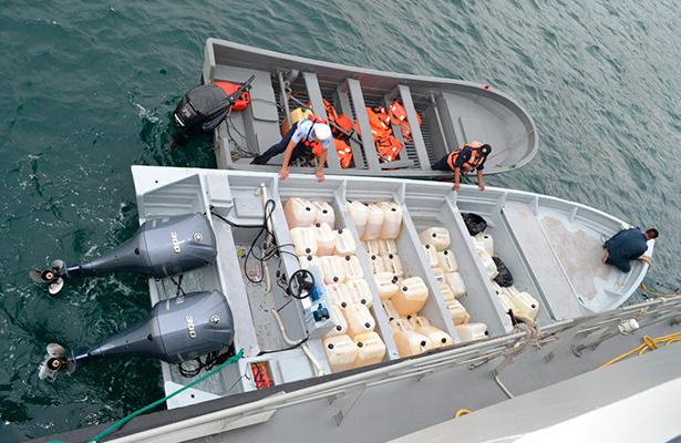 SEMAR asegura 250 kilogramos de presunta cocaína y 3 mil litros de combustible, frente a costas de Guerrero