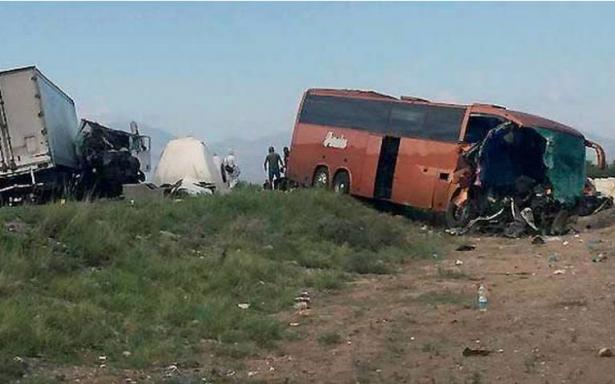 Brutal choque entre un autobús y tráiler deja un muerto y una decena de heridos