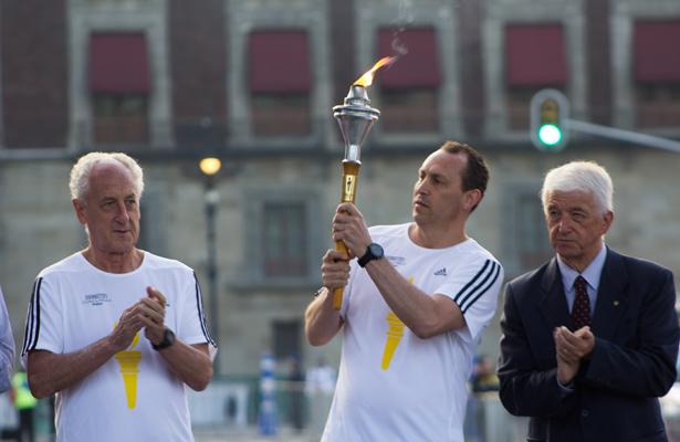 """La """"Flama Maratón"""" recorrió la ruta del zócalo capitalino al estadio olímpico"""