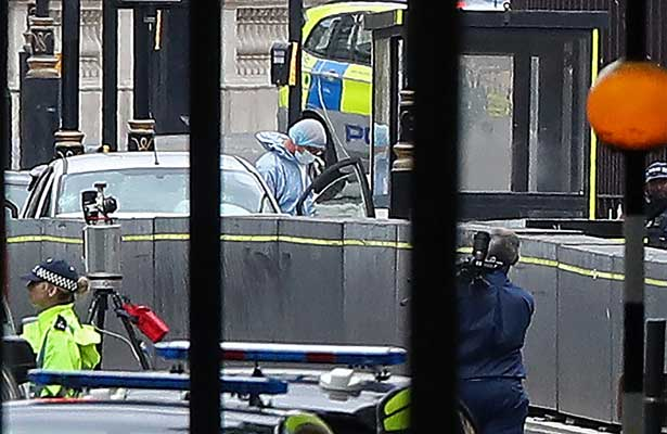 Un automóvil se estrella contra el Parlamento de Londres [Video]