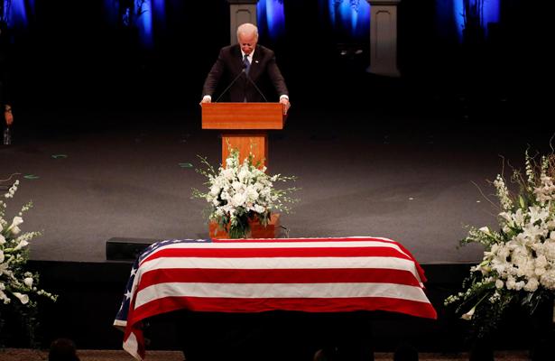 Arizonenses despiden al senador John McCain como héroe