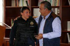 Ascienden a mujer policía