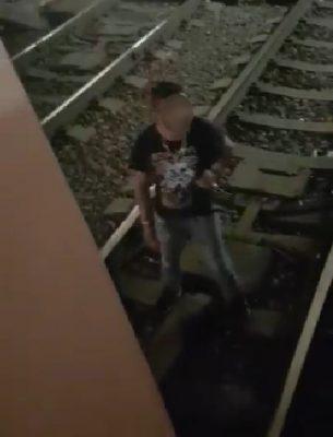 [Video] Asaltó a usuario del metro y se refugió en las vías
