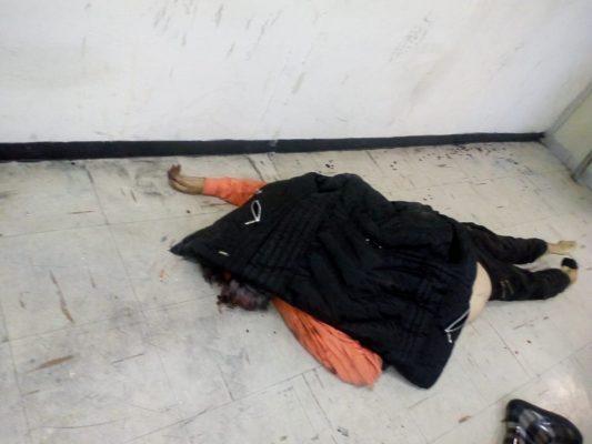 Cae a las vías del metro y muere arrollada